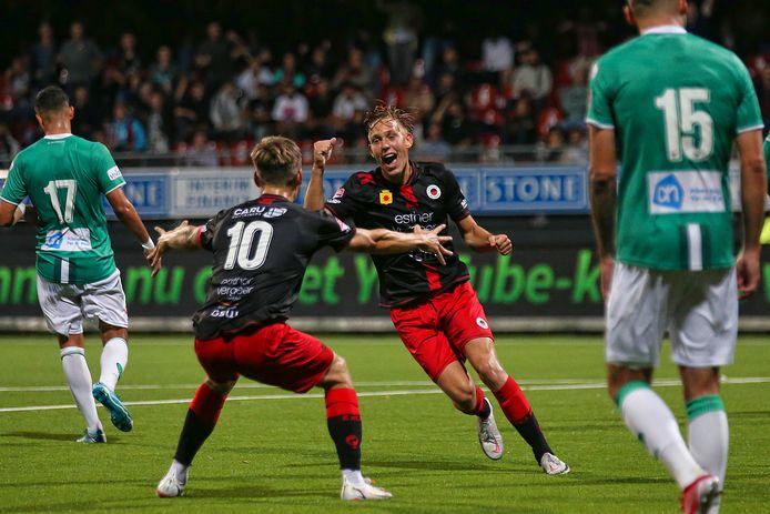 Julian Baas viert zijn winnende goal.