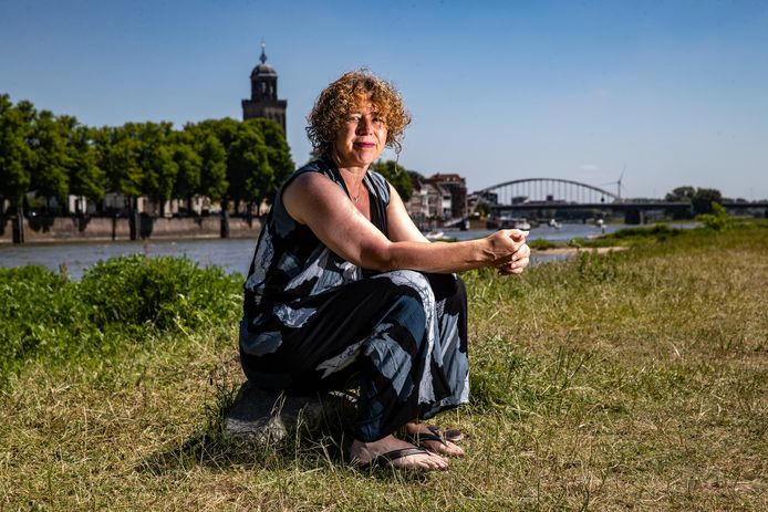 Anke Hamstra uit Deventer heeft haar ogen uitgekeken toen ze donderdagavond poolshoogte nam op de landtong bij feestende jongeren. Ze wil dat er meer wordt geboden aan de jeugd, zodat overlast op dit soort locaties verdwijnt.