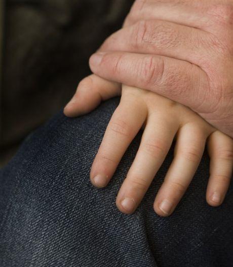 'Verkrachtende vader vergreep zich ook aan kleindochter', helft van gezin doet aangifte