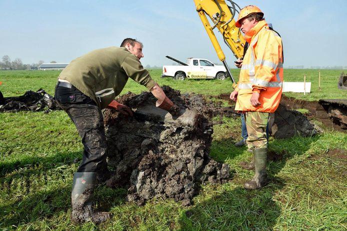 De opgraving van de vliegtuigmotor in 2015.