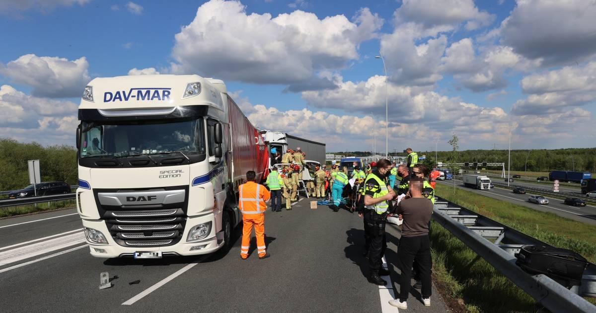 A67 richting Belgische grens dicht door ongeval met vrachtwagens, één persoon bekneld.
