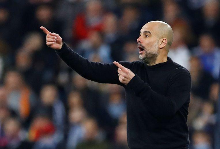 Manchester City's Pep Guardiola staat driftig te coachen tijdens de heenmatch in het Bernabéu-stadion in Madrid, eind februari. Beeld REUTERS