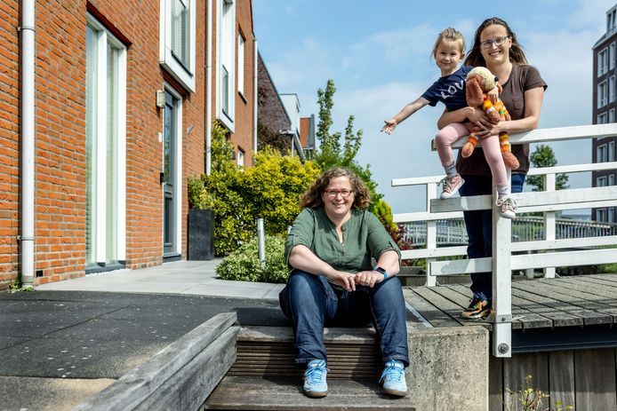 Galith (links) en Femke met hun dochter Sarai.
