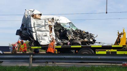 E313 richting Hasselt volledig versperd door zwaar ongeval in Herentals