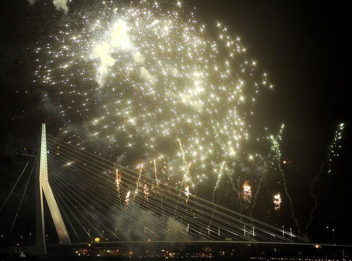 Vuurwerk bij de Erasmusbrug in Rotterdam tijdens de jaarwisseling vorig jaar.