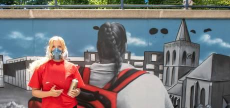 Meekijken over de schouder van het Rode Kruis op nieuwe Edese muurschildering