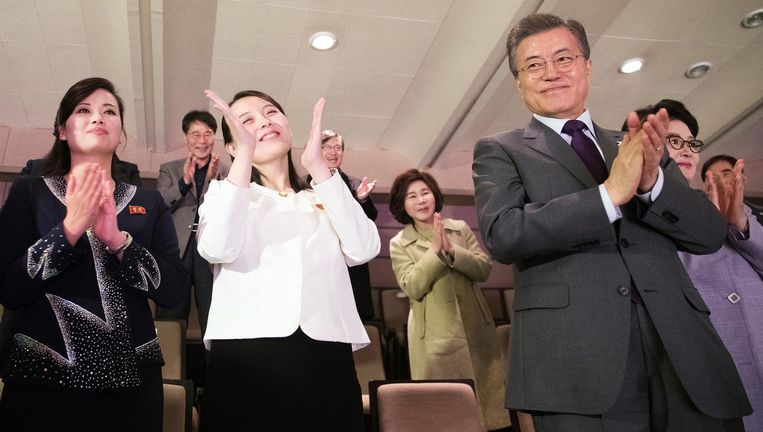 De Zuid-Koreaanse president Moon Jae-in, hier op de tribune naast Kim Yo-jong, de zus van Kim Jong-un. Beeld REUTERS
