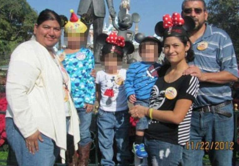 Laura Castillo (l) en haar echtgenoot Eusebio (r). Tussen hen in staat Abigail met haar drie kinderen.