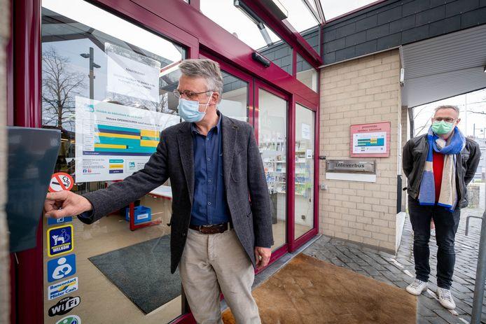 De bibliotheek wordt toegankelijk bij onbemande openingsuren. Burgemeester Luc Vleugels test hier het systeem uit.