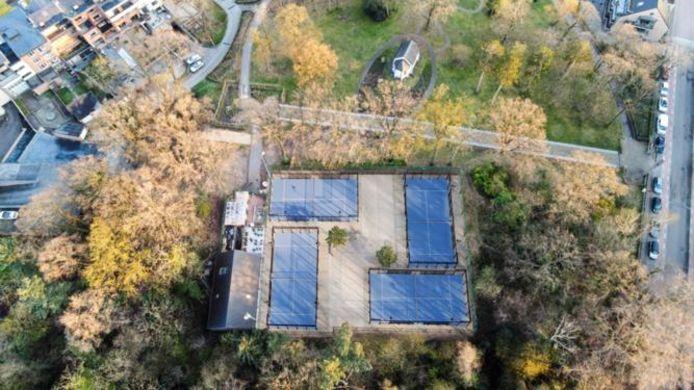 Een beeld van de padelclub vanuit de lucht.