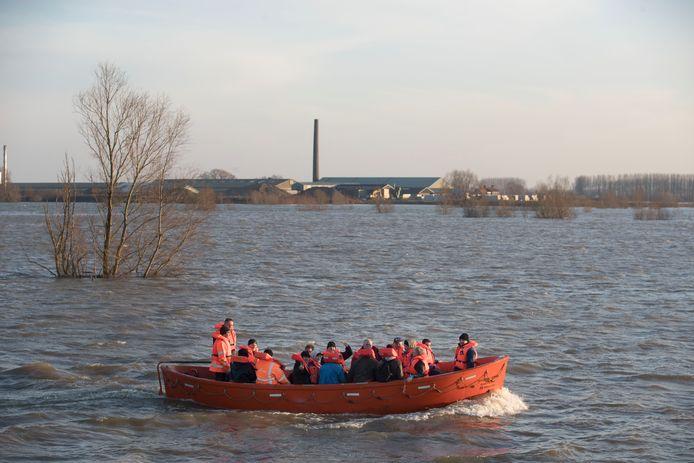 Werknemers van steenfabriek Wienerberger gaan met boot naar en van werk.