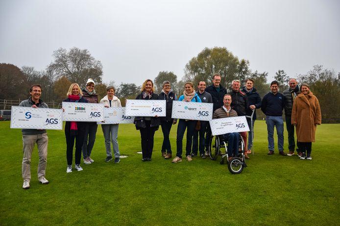 De Antwerp Golf School schenkt een cheque aan zes goede doelen.