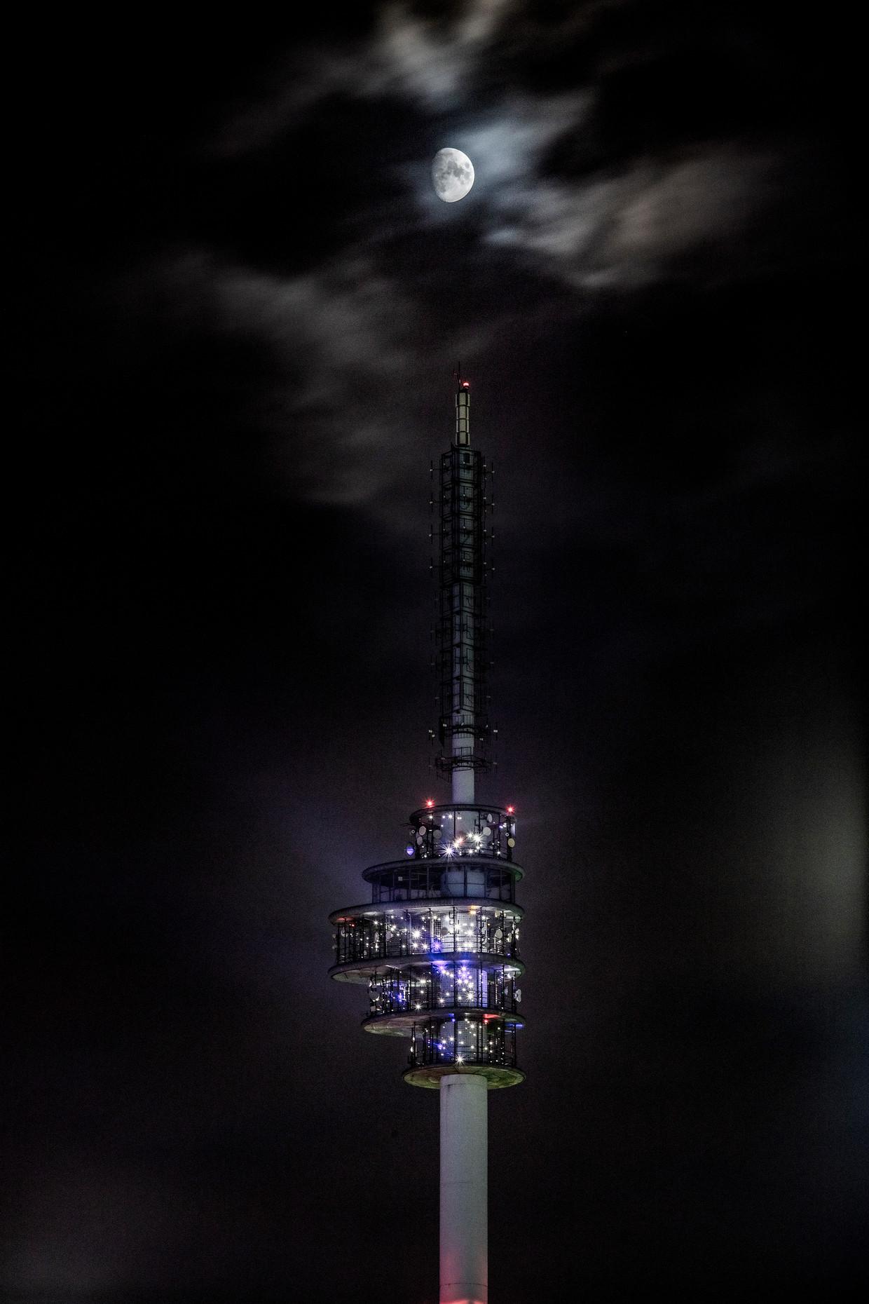 Giny Vos: 'De 1024 ledlampjes staan op ruim honderd meter hoogte bloot aan wind, regen en luchtverontreiniging.'