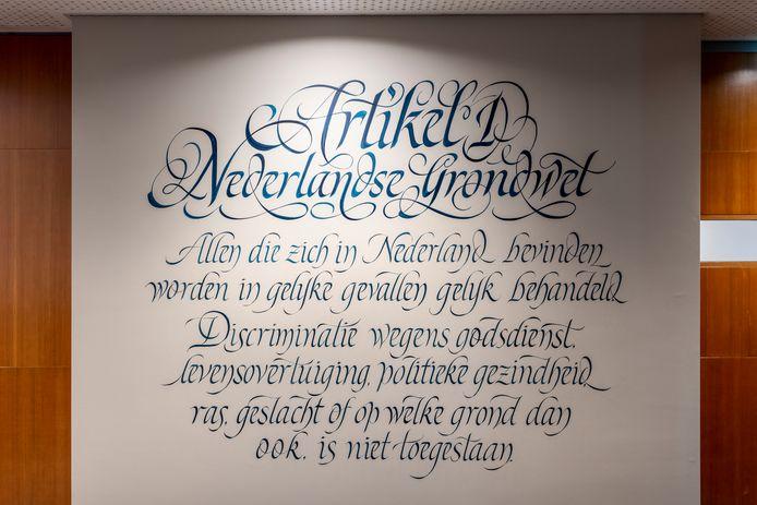 Artikel 1 uit de grondwet aan de wand van de opgeknapte raadszaal in Den Bosch.