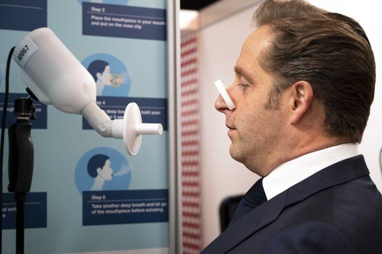 Demissionair minister Hugo de Jonge (Volksgezondheid) laat zich inlichten over de nieuwe test. Beeld ANP