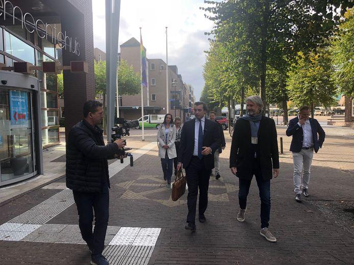 Thierry Baudet (links) kwam maandag met zijn campagneteam de Udense FVD-kandidaat Janco Bethlehem ondersteunen bij het inleveren van de papierwinkel voor de verkiezingen op 22, 23 en 24 november.