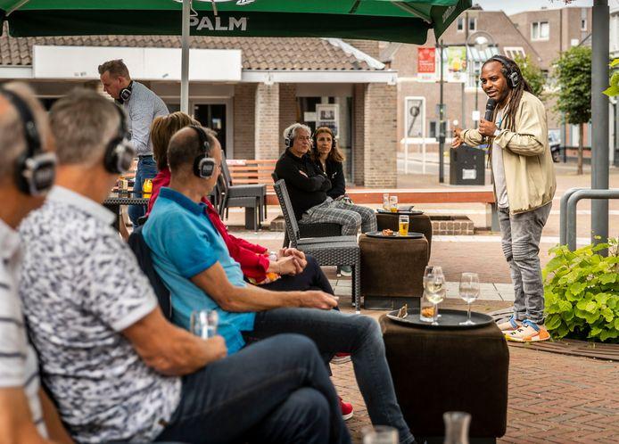 Cabaretier geeft een show in de buitenlucht, voor het Deurnese Cultuurcentrum.