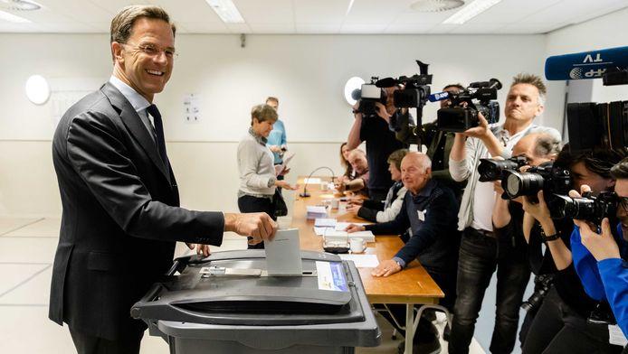 Premier Rutte brengt zijn stem uit in een stembureau.