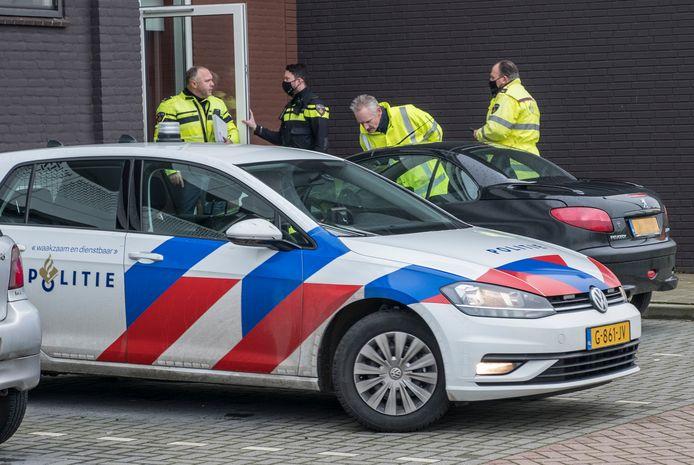 Politie doet onderzoek bij het voertuig wat mogelijk betrokken is na een aanrijding met doorrijding waarbij een vrowu gewond geraakt is.