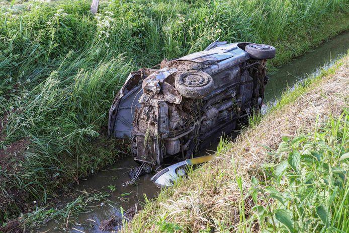 In de sloot aan de Ettenlandseweg bij Vollenhove werd woensdagochtend een auto aangetroffen. Hulpdiensten zochten terplekke naar slachtoffers totdat bleek dat de inzittenden het voertuig hadden achtergelaten.