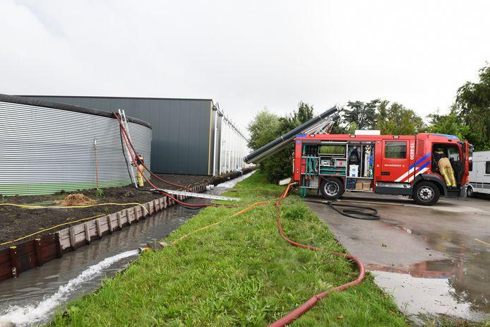 De brandweer is ook in Den Hoorn aanwezig vanwege wateroverlast. Volgens Regio15 dreigt daar een waterbassin aan de Veenakkerweg mogelijk in te zakken.