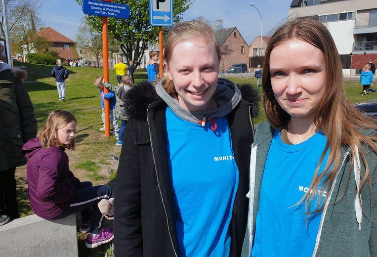 Monitors Celine Verachtert en Emma Smits merkten de rookontwikkeling op en brachten de kinderen naar buiten.