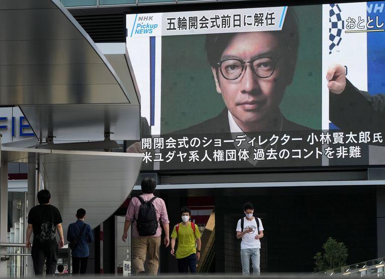 Een display in Tokio meldt het ontslag van Kentaro Kobayashi, die de openings- en slotceremonie in goede banen moest leiden. Hij moest gaan omdat hij in 1998 een grapje had gemaakt over de Holocaust.  Beeld EPA