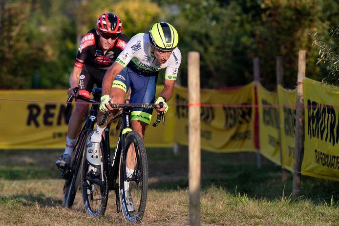 Quinten Hermans met Michael Vanthourenhout in zijn wiel.