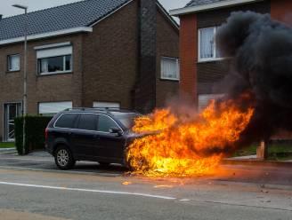 Auto brandt uit in Kopkapelstraat