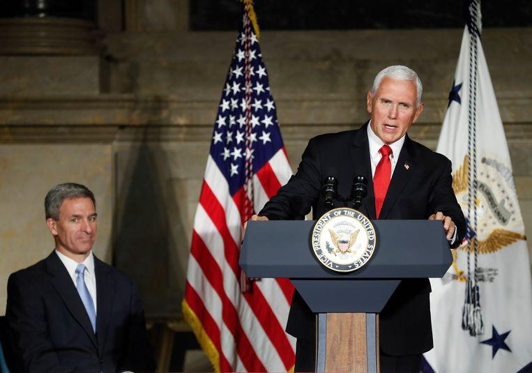 Mike Pence tijdens een naturalisatieceremonie van nieuwe Amerikanen. Beeld AP