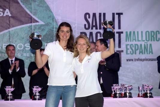 Annemiek Bekkering en Annete Duetzna hun winst bij de Princesa Sofia Cup.