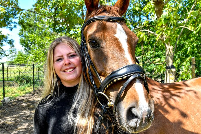 14-05-2020 - Halsteren - Foto: Pix4Profs/Peter Braakmann - Fabienne de Wit is jong en woont in Halsteren Foto: Fabienne met haar dienstpaard Pearl