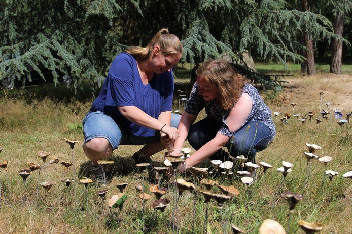 Laurien (links) en Manouk (rechts) Ceschi tijdens het planten van de lieveling.