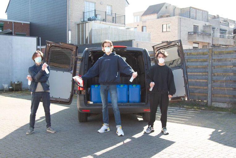 Zaakvoerder Ben Nyberg (midden) samen met medewerkers aan het ontsmettingsmiddelproject Vic Van Mol (links) en Matijs Dalle (rechts).