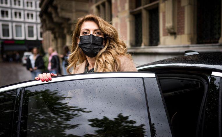 Dilan Yeşilgöz, door de VVD voorgedragen als de nieuwe staatssecretaris van Economische Zaken en Klimaat, bij haar dienstauto. Beeld Freek van den Bergh / de Volkskrant