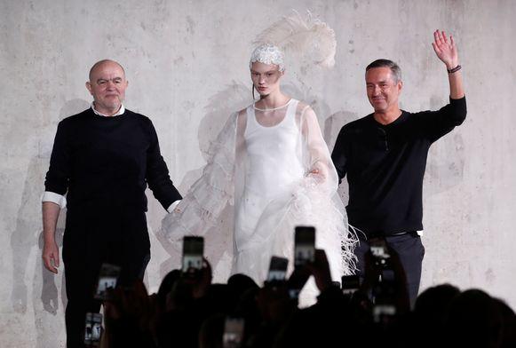 Christian Lacroix en Dries Van Noten samen op de catwalk.