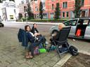 Deelnemers aan de Kennedymars genieten van een rustmoment en een speciaal voor hen verzorgd ontbijtje op de stoep voor het TBL in de Molenstraat. Vlnr Margot Guitjens, Maerle Snabel en Anja op 't Hoog uit Nijmegen.