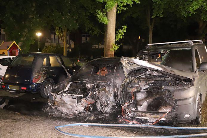 De auto's waren niet meer te redden.