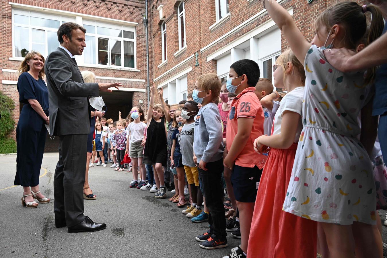 Le président français Emmanuel Macron s'adresse à des élèves d'une école primaire à Poix-de-Picardie, le 17 juin 2021, à l'issue d'une visite d'une journée dans le nord de la France consacrée à l'Éducation, la lecture et la langue, troisième étape de la tournée nationale du président en vue de l'élection présidentielle de l'an prochain.