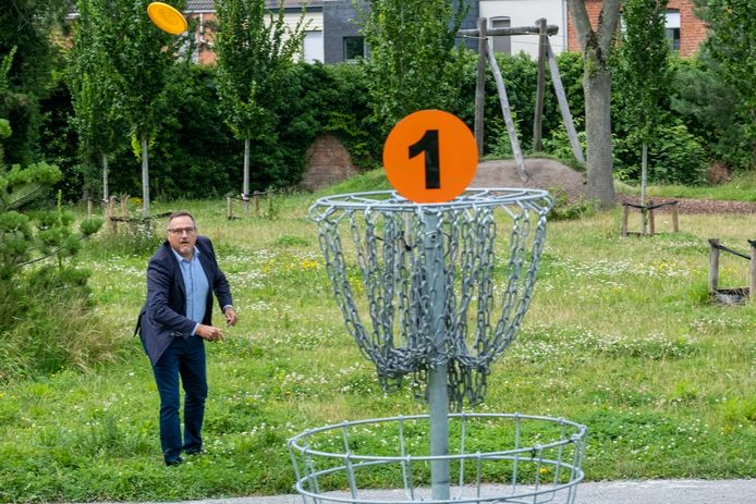Met gefocuste blik probeert Liers sportschepen Ivo Andries een frisbee in een discgolfdoel te mikken.
