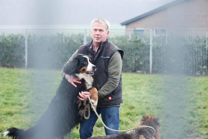 Jos Kosman van dierenpension De Plèk bij de hondenhokken en uitlaadvelden die normaal vol zitten maar nu niet vanwege corona, Groesbeek, 30-12-2020 .