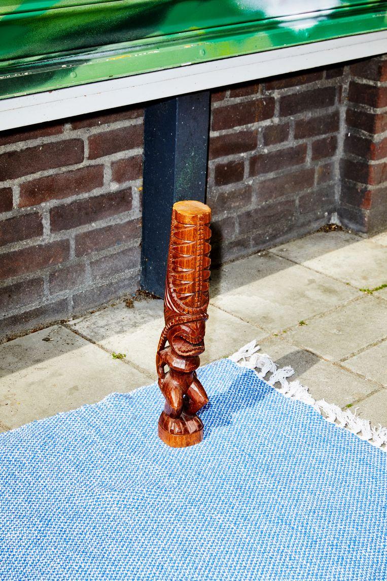 Niet te slijten: houten beeld.  Beeld Marie Wanders