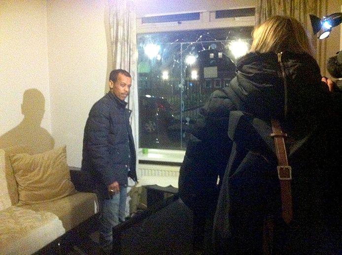 Bij de woning van Ismaeel Mohamed Hamid aan de Kruitweg in Steenbergen zijn maandagavond rond acht uur twee stenen door de ruit gegooid.