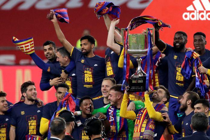 Barcelona viert de zege op het bordes.