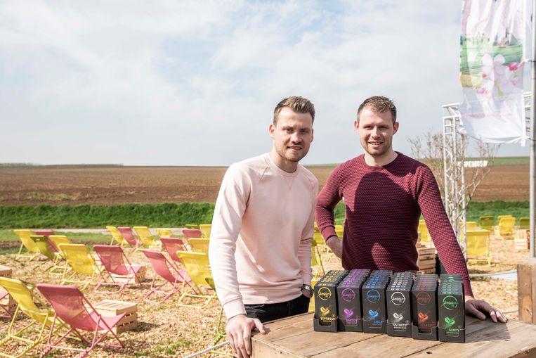 Simon en zijn broer Wouter met de verschillende soorten koffie in zijn assortiment.