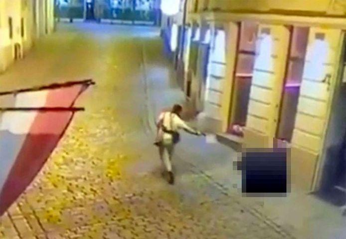 Een schutter schiet een toevallige passant neer.