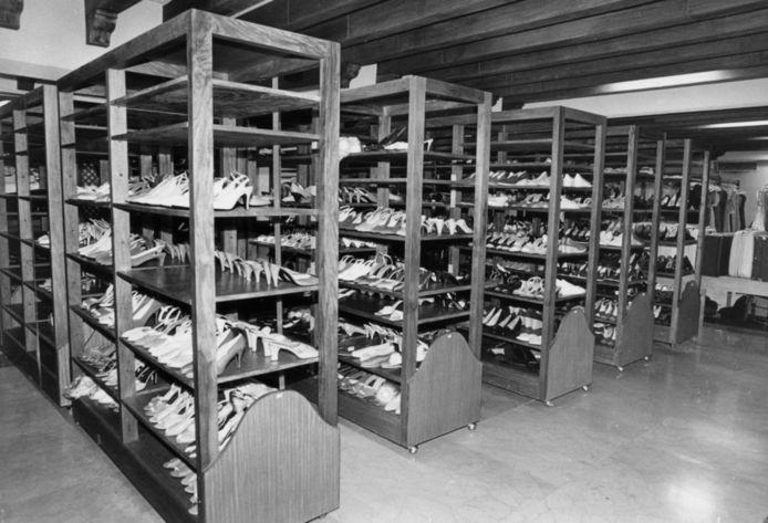 Een aantal schoenen van Imelda Marcos zoals ze in 1986 na verbanning van het presidentiële echtpaar werden aangetroffen.