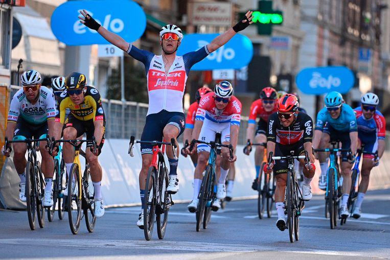 Jasper Stuyven houdt de sprintende groep net achter zich, met van links naar rechts Sagan, Van Aert, Van der Poel en Ewan. Beeld AP
