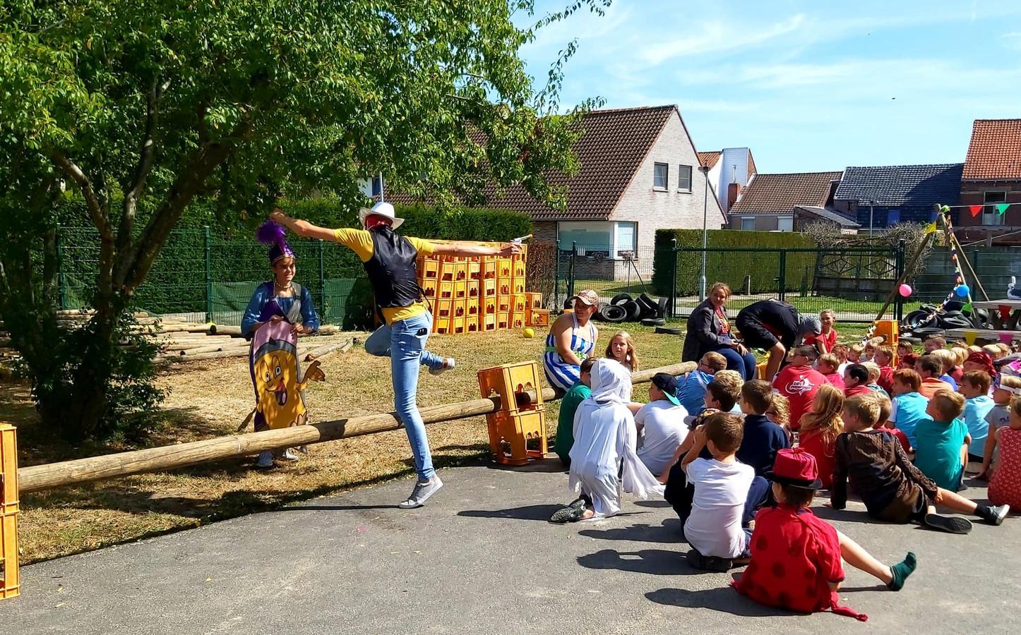 Stijn in actie, deze zomer, op het eindfeest van speelplein De Piepauw.