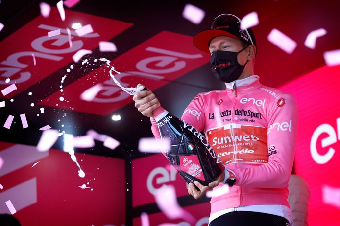 Kelderman op het podium in de roze trui.